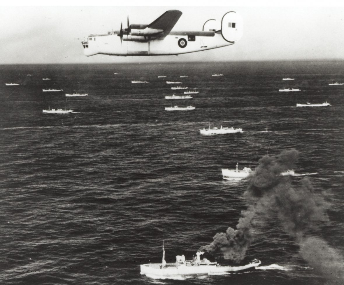 Un Consolidated Liberator VLR escorte un convoi sur l'Atlantique. Photo : Bibliothèque et Archives Canada PA 107907.