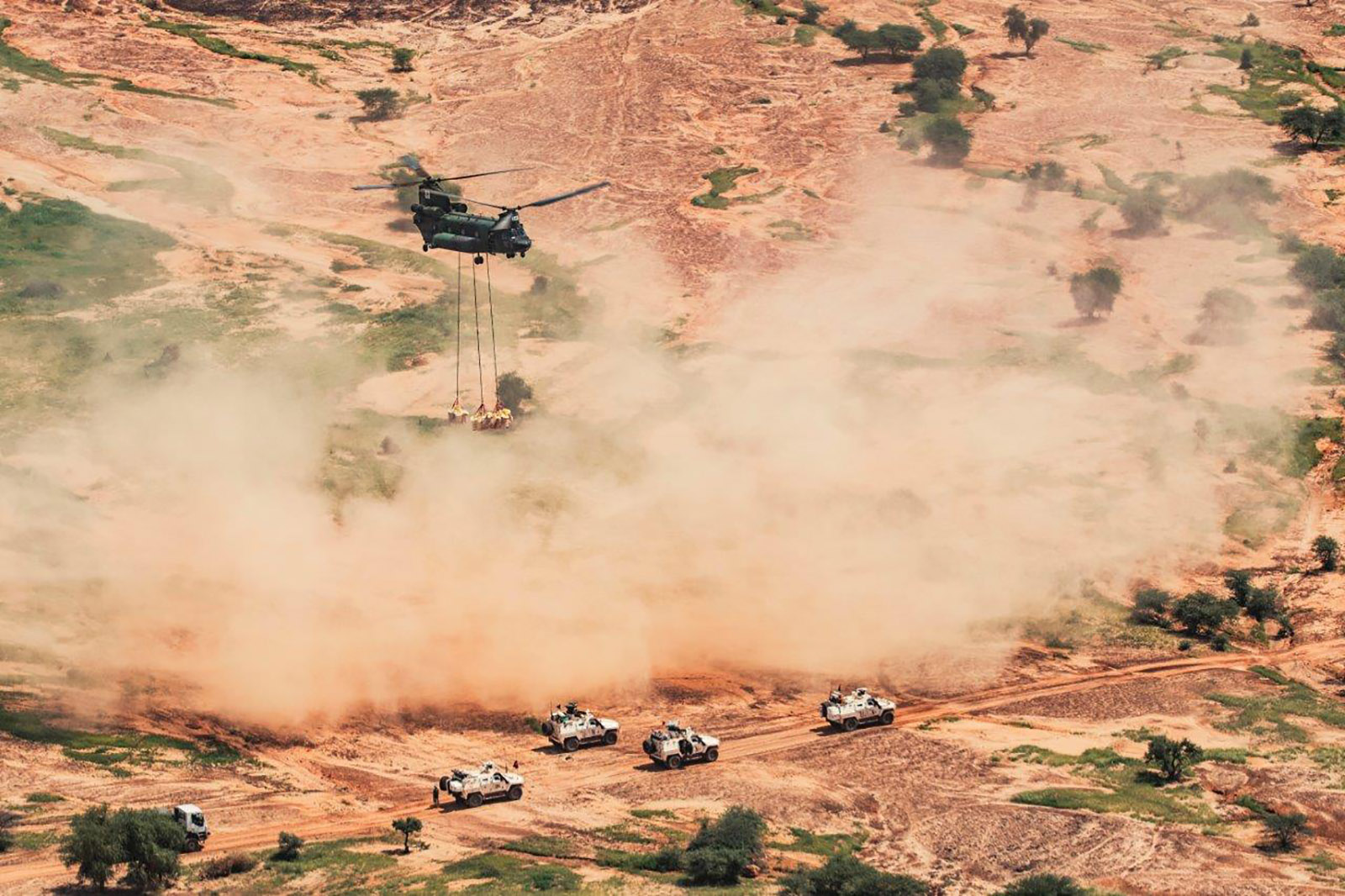 A CH-147F Chinook helicopter delivers material to a United Nations convoy near Gao during Operation PRESENCE-Mali on August 31, 2019.